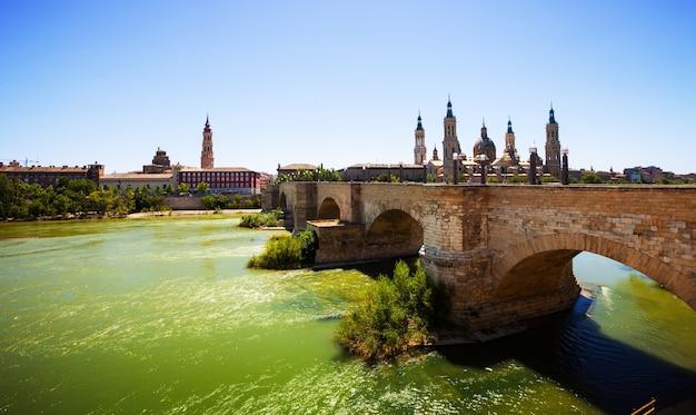 Vue de saragosse. pont de pierre et cathédrale Photo gratuit