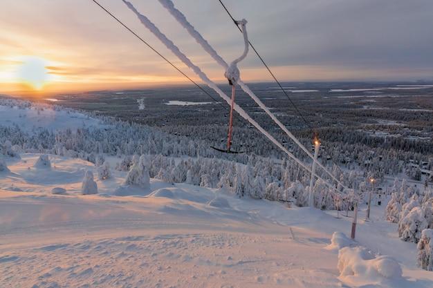 Vue sur la station de ski ruka, laponie finlandaise, froide journée d'hiver. Photo Premium