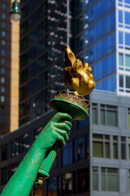 Vue de la statue de la libertys torch sur la liberté new york city. Photo Premium
