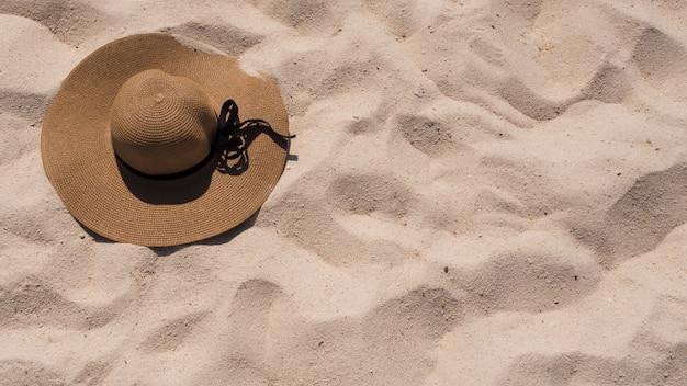 Une vue suré de sunhat sur le sable de la plage Photo gratuit