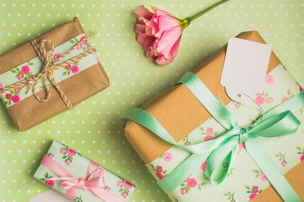 Vue surélevée de belle boîte cadeau décorée sur fond pointillé polka Photo gratuit