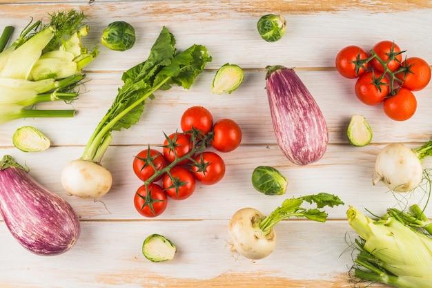 Vue surélevée de légumes frais sur fond en bois Photo gratuit