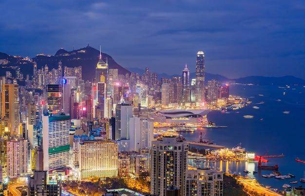 Vue des toits de la ville de hong kong, capturée au coucher du soleil depuis le sommet de braemar hill. Photo Premium