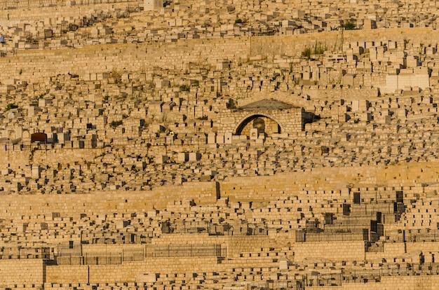 Vue des tombes juives sur le mont des oliviers depuis le centre davidson à jérusalem, en israël Photo Premium