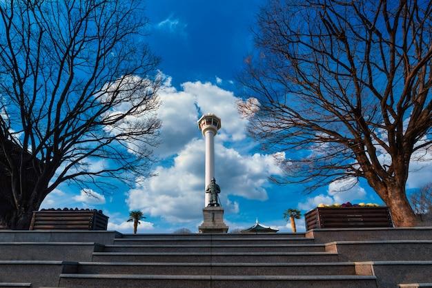 Vue De La Tour De Busan Lors D'une Belle Journée à Busan Photo Premium