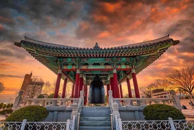 Vue De La Tour De Busan Pendant Le Coucher Du Soleil à Busan Photo Premium