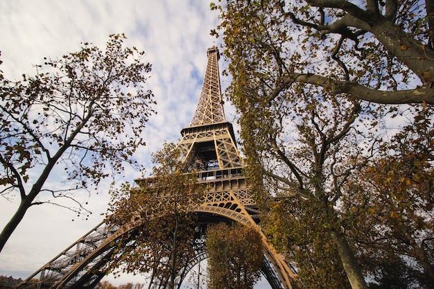 La Vue De La Tour Eiffel Depuis Le Parc Photo gratuit