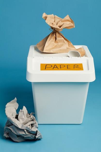 Vue Sur Toute La Longueur à La Poubelle étiquetée Pour Les Déchets De Papier, Le Tri Et Le Recyclage Photo Premium