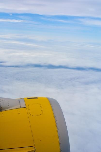 Vue de la turbine de l'avion en vol. Photo Premium