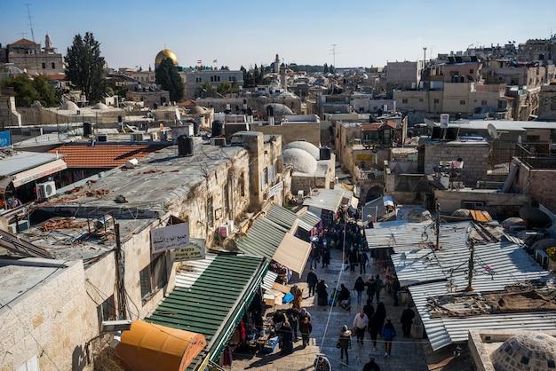 Vue De La Vieille Ville De Ramparts Marchez Avec Le Dôme Du Rocher En Arrière-plan, Jérusalem, Israël Photo Premium