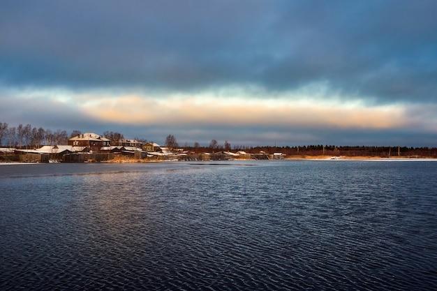 Vue Avec De Vieilles Maisons Près D'un Lac. Authentique Ville Du Nord De Kem En Hiver. Russie. Photo Premium