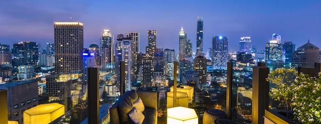 Vue sur la ville de bangkok depuis le bar sur le toit Photo Premium