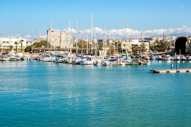 Vue sur la ville depuis le yacht de mer Photo Premium