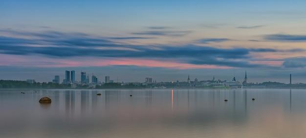 Vue sur la ville tallinn estonie Photo Premium