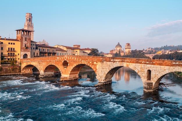 Vue de la ville de vérone avec le dom santa maria matricolare et le pont romain ponte pietra sur le fleuve adige à vérone. italie. l'europe . Photo Premium