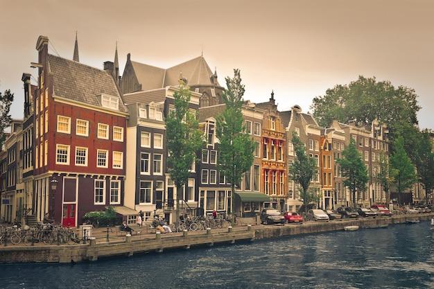 Vue sur la ville d'une ville de hollande Photo Premium