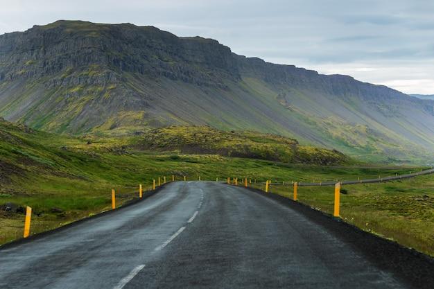 Vue d'une voiture sur la route à l'ouest des fjords en islande, voyage sur la route en été Photo Premium