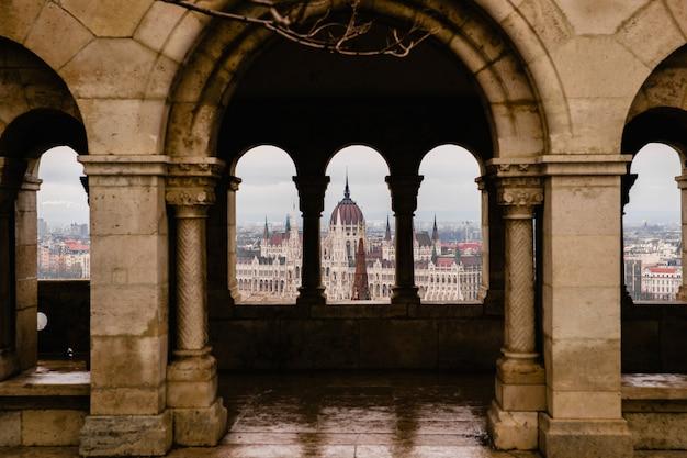 Vues du parlement hongrois à travers les murs du château de budapest. Photo Premium