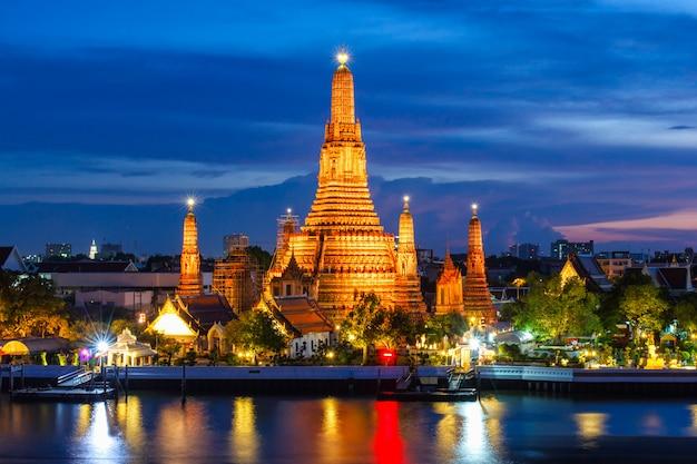 Wat arun bouddhiste lieux religieux au crépuscule Photo Premium