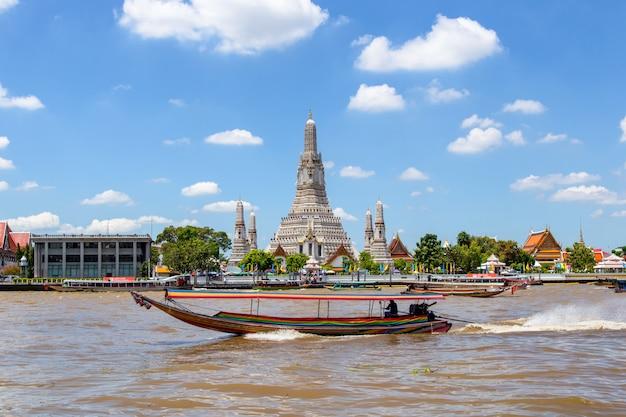 Wat arun grand point de repère dans la ville de bangkok, thaïlande Photo Premium