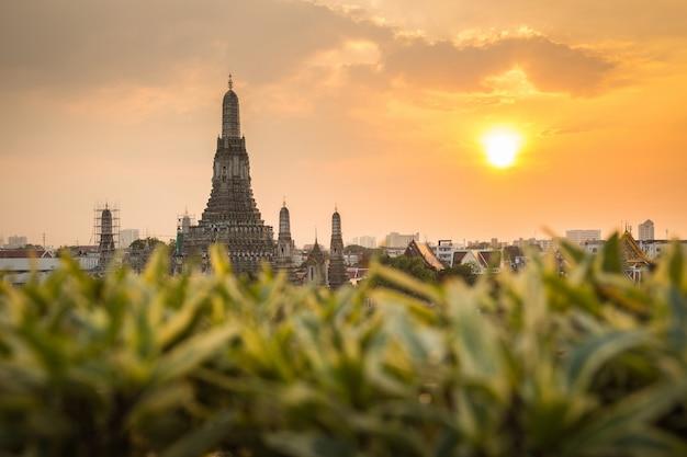 Wat arun, lieux de culte bouddhistes au coucher du soleil, bangkok, thaïlande Photo Premium