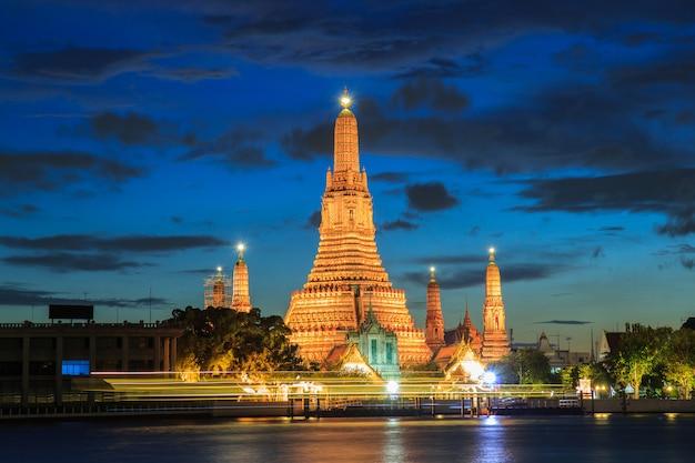 Wat arun, lieux de culte bouddhistes au crépuscule, bangkok, thaïlande Photo Premium