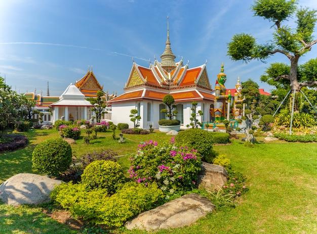 Wat Arun, Lieux De Culte Bouddhistes Au Jour Du Soleil, Bangkok, Thaïlande Photo Premium