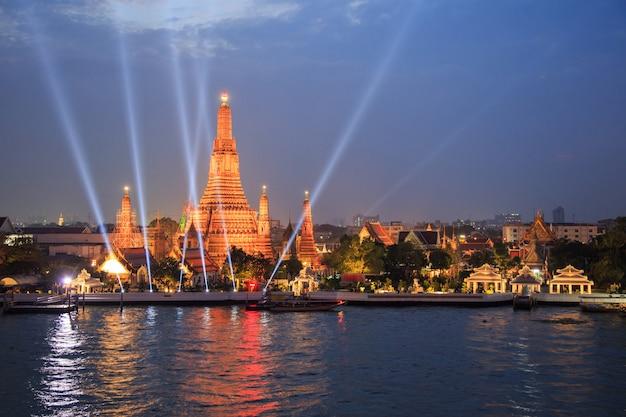 Wat arun et spectacle au rayon laser dans le cadre des célébrations du nouvel an à bangkok, en thaïlande Photo Premium