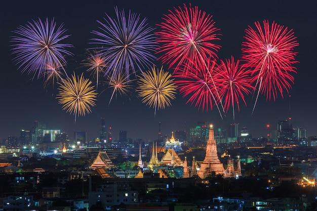 Wat arun et la ville de bangkok avec feux d'artifice colorés, thaïlande Photo Premium