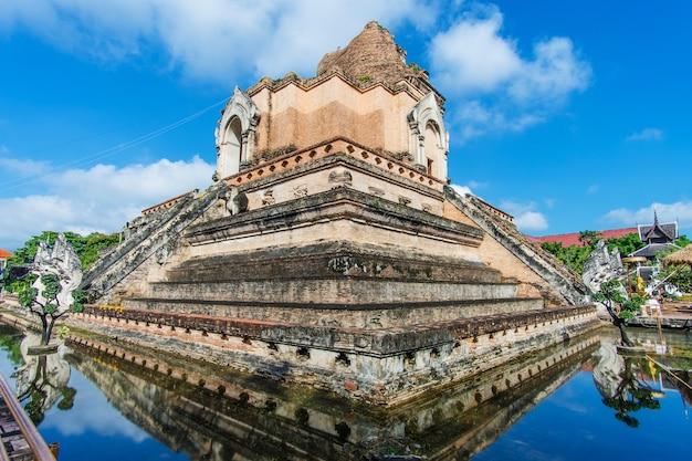 Wat chedi luang est un temple bouddhiste dans le centre historique de chiang mai, en thaïlande Photo Premium
