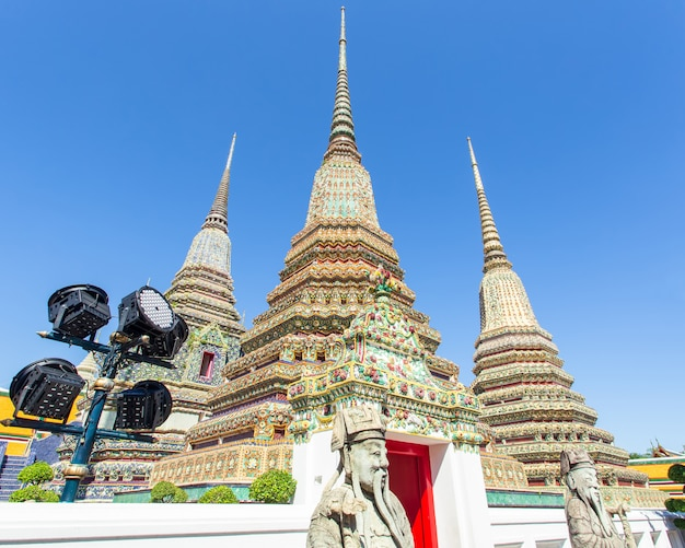 Wat pho est un temple bouddhiste à bangkok Photo Premium