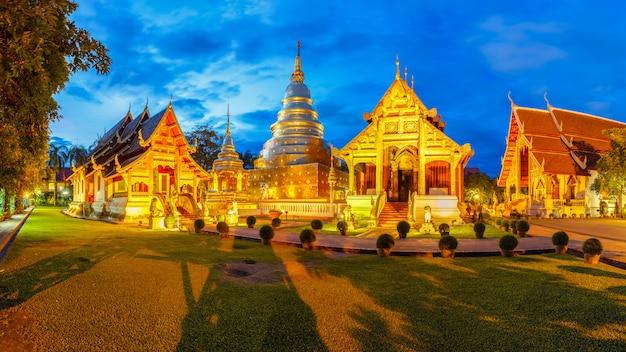 Wat phra singh est situé dans la partie ouest de la vieille ville de chiang mai, en thaïlande Photo Premium