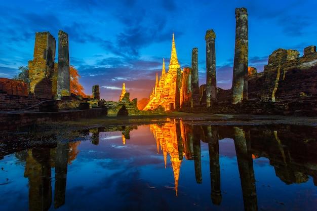 Wat phra sri sanphet temple sous le ciel crépusculaire après la pluie Photo Premium