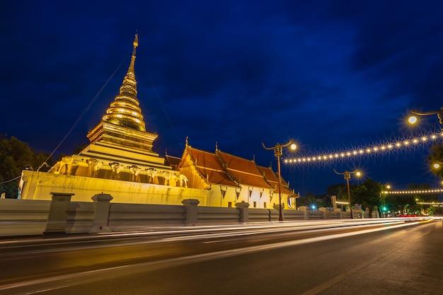 Wat Phra That Chang Kham, Temple Bouddhiste Avec Ciel Bleu Crépuscule Nocturne, Dans La Province De Nan, Au Nord De La Thaïlande. Photo Premium