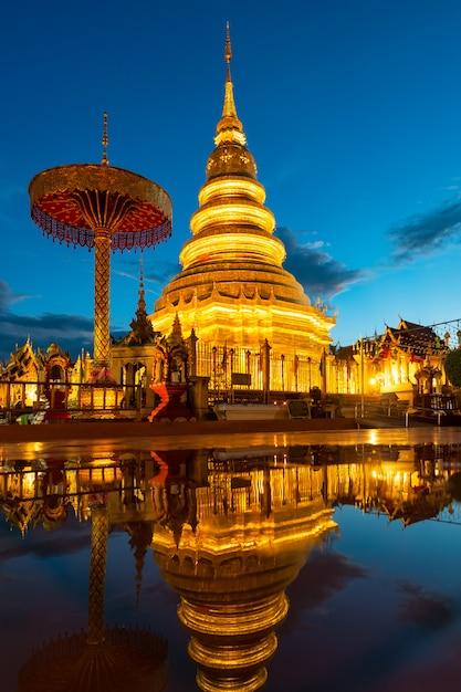 Wat Phra That Hariphunchai Avec Réflexion De L'eau à Lamphun, Thaïlande Photo Premium