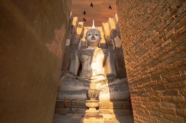 Wat si chum est un temple historique situé dans le parc historique de sukhothai, dans la province de sukhothai, en thaïlande. Photo Premium