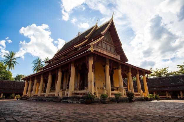 Wat sisaket est un temple ancien au laos et constitue le meilleur point de repère pour les voyages Photo Premium