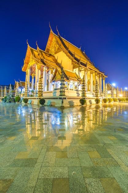 Wat suthat thepphawararam avec ciel bleu au crépuscule à bangkok en thaïlande Photo Premium