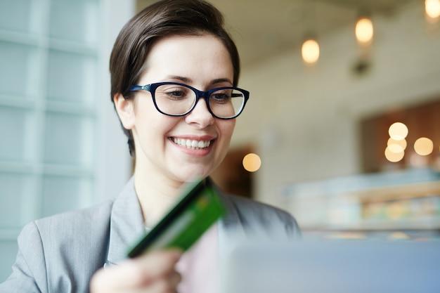 Web shopping avec carte de crédit Photo gratuit