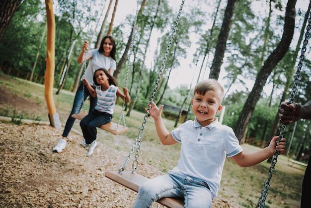 Week-end en famille pour les mères et les enfants au parc d'attractions Photo Premium