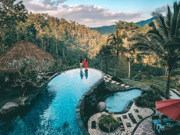 Week-end de vacances relaxant dans le luxe avec la villa tropicale dans la jungle, piscine luxueuse à bali, indonésie Photo Premium