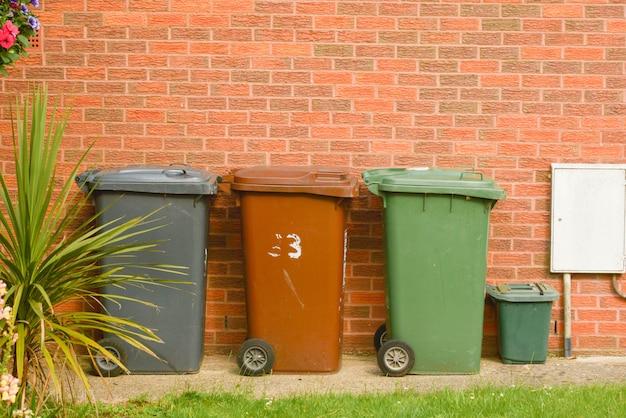 Wheelie bin, devant, a, maison, mur brique Photo Premium