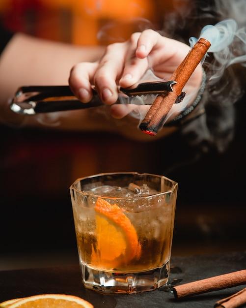 Whisky Au Citron Et à La Cannelle Photo gratuit