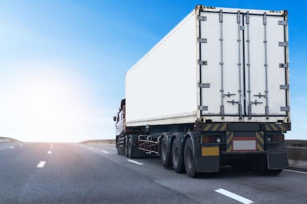 White truck sur route avec conteneur. transport terrestre Photo Premium