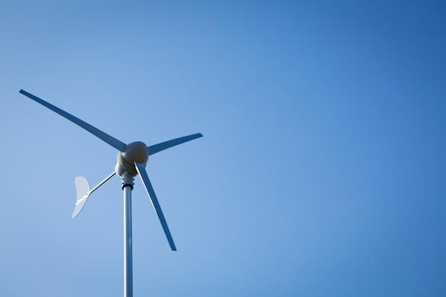 Wind turbine sur le ciel bleu Photo gratuit