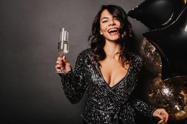 Winsome Femme Bronzée Soulevant Un Verre à Vin Photo gratuit