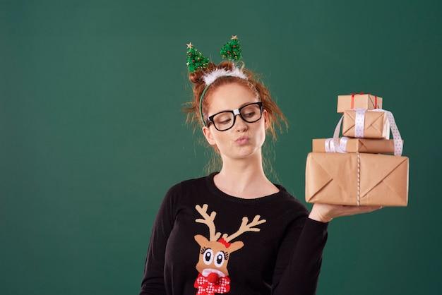 Woman Holding Pile De Cadeaux De Noël Photo gratuit