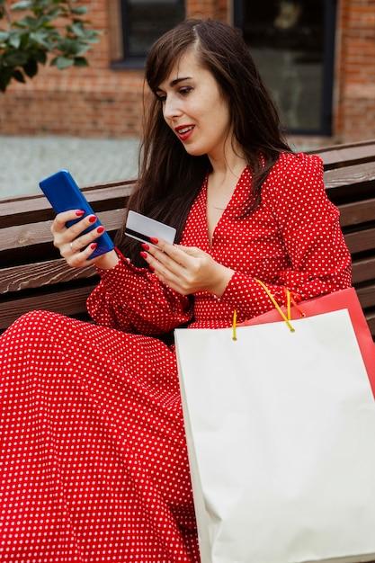 Woman Holding Smartphone Et Achat Par Carte De Crédit En Ligne Pendant Les Ventes Photo gratuit