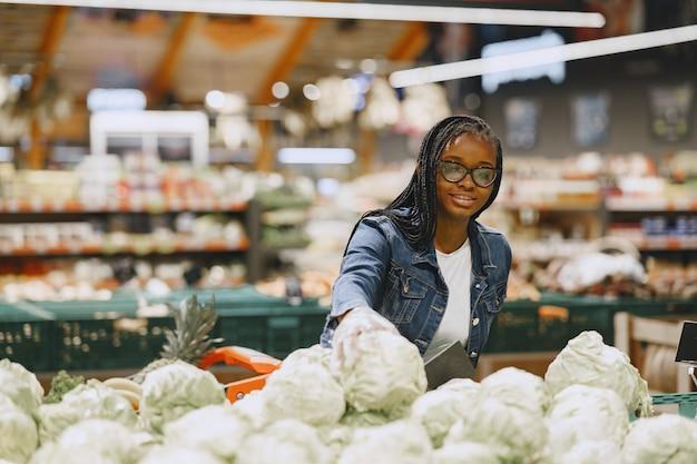 Woman Shopping Légumes Au Supermarché Photo gratuit