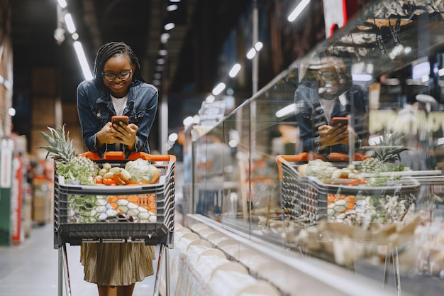 Woman Shopping Légumes Au Supermarché Photo gratuit